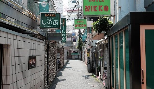 富士フイルム X-T10 で昭和の魔窟・鶯谷を撮ってみる