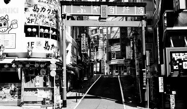 富士フイルムX-T10/XF 35㎜ F2で真夏の朝の渋谷・百軒店をモノクロで撮る (3/6)